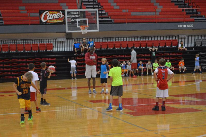 Assistant+coach+Rennie+Bailey+gives+pointers+to+campers+during+5-on-5+competition+during+J.P.+Piper%E2%80%99s+Day+Basketball+Camp.